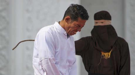 Jono Simbolon, el cristiano azotado en público por vender alcohol en Indonesia.