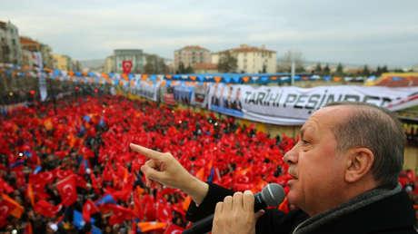 El presidente de Turquía, Recep Tayyip Erdogan, ante una multitud en Bursa, noroeste del país, el 21 de enero de 2018.