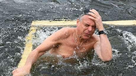 El embajador de EE.UU. en Moscú, Jon Huntsman, se sumerge en las aguas heladas del río Istra.