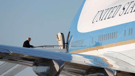 El presidente de EE. UU. Donald Trump embarca al avión presidencial en Pittsburgh, Pensilvania, EE. UU., 18 de enero de 2018.