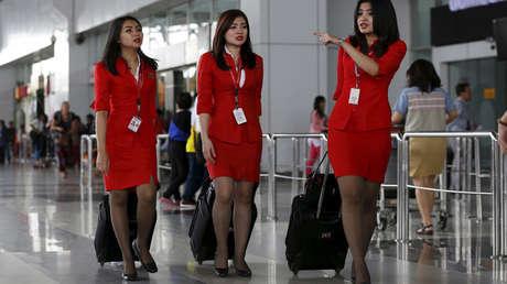 Azafatas de la aerolínea malaya AirAsia en un aeropuerto de Yakarta, Indonesia, el 8 de julio de 2015.