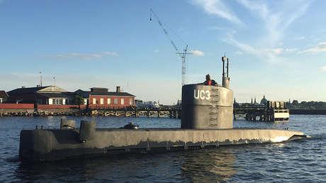Una mujer en la torre del submarino UC3 Nautilus.