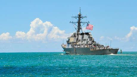 El destructor estadounidense de misiles guiados USS Hopper zarpa de la base conjunta Pearl Harbor-Hickam, el 6 de septiembre de 2013.