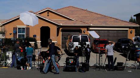 Los medios de comunicación, agrupados a las puertas de la casa de David y Anna Turpin en Perris, California, el 16 de enero