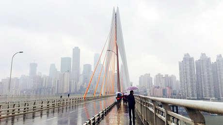 Panorámica de uno de los puentes con los que cuenta la ciudad de Chongqing, en China.