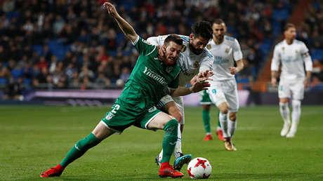 Los futbolistas Tito e Isco pugnan por el balón durante un lance del encuentro entre Real Madrid y Leganés, el 24 de enero de 2018.