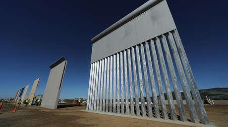 Siete de los ocho prototipos de muro fronterizo del presidente Donald Trump se muestran a lo largo de la frontera entre Estados Unidos y México cerca de San Diego, California, el 23 de octubre de 2017.