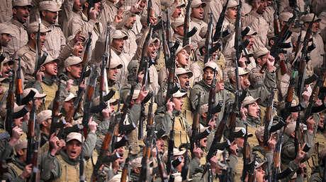 Combatientes de las 'fuerzas de autodefensa' lideradas por los kurdos en una manifestación en Hasaka, en el noreste de Siria, el 23 de enero de 2018.