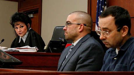 La juez mira a Larry Nassar mientras este habla ante el tribunal en Lansing (EE.UU.), el 16 de enero de 2018.