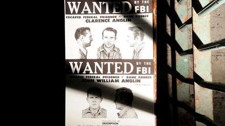 """Una copia del póster con la inscripción """"Se busca"""" para John y Clarence Anglin en la isla de Alcatraz, el 11 de junio de 2012."""
