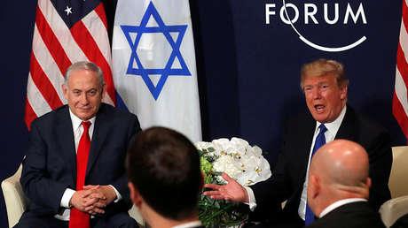 El presidente de EE.UU., Donald Trump, con el primer ministro de Israel, Benjamín Netanyahu, en el Foro Económico Mundial en Davos, el 25 de diciembre de 2018.