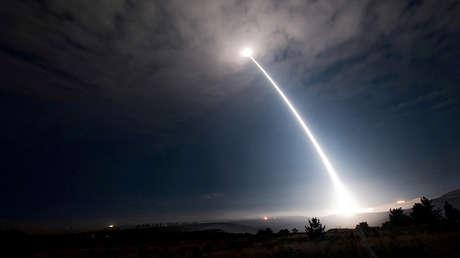 Un misil balístico intercontinental Minuteman III es lanzado desde la base aérea de Vandenberg (Estados Unidos), el 2 de agosto de 2017