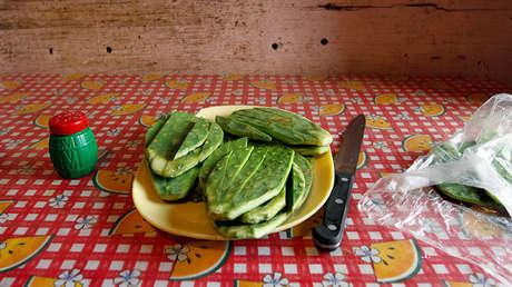 Un plato de nopal colocado sobre una mesa en la casa de una familia de bajos recursos en las afueras de la Ciudad de México el 17 de mayo de 2011.