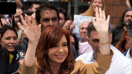 La expresidenta argentina, Cristina Kirchner, saluda a sus seguidores antes de declarar en la Justicia.