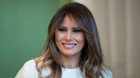 Melania Trump sonríe durante una visita de niños a la Casa Blanca en Washington (EE.UU.), el 27 de noviembre de 2017.