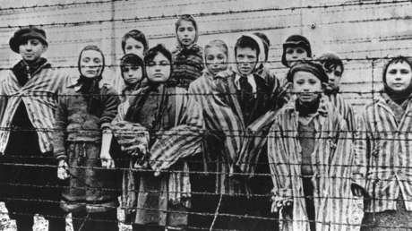 Niños supervivientes en el campo de concentración Auschwitz-Birkenau, tras la liberación. Febrero de 1945.