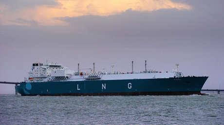 El metanero Provalys zarpa del puerto de Saint-Nazaire (Francia), el 20 de noviembre de 2006.