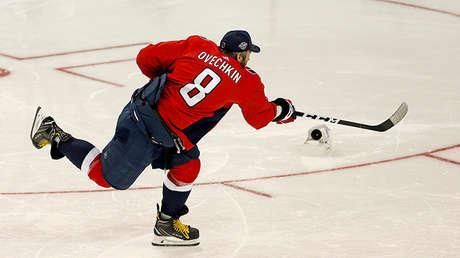 Alexandr Ovechkin realiza un lanzamiento durante la competición de habilidades de la NHL, el 27 de enero de 2018.