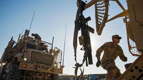 Un soldado estadounidense se prepara para una misión en la base militar de Gamberi en Afganistán, el 28 de diciembre de 2014.