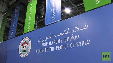 Un cartel de bienvenida al Congreso de Diálogo Nacional Sirio, Sochi, Rusia.