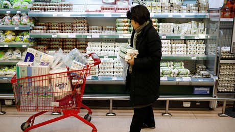 Una mujer compra huevos en un mercado de Seúl durante el peor brote de gripe aviar en Corea del Sur, el 23 de enero de 2017.