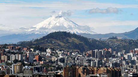 Volcán Cotopaxi expulsa humo, visto desde el norte de Quito, Ecuador, 16 de septiembre de 2016.