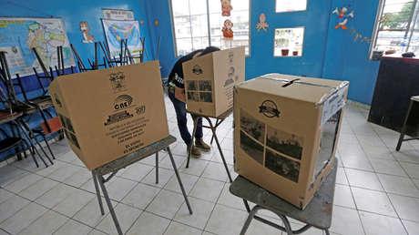 Un hombre vota en escuela utilizada como colegio electoral en Guayaquil, 2 de abril de 2017.
