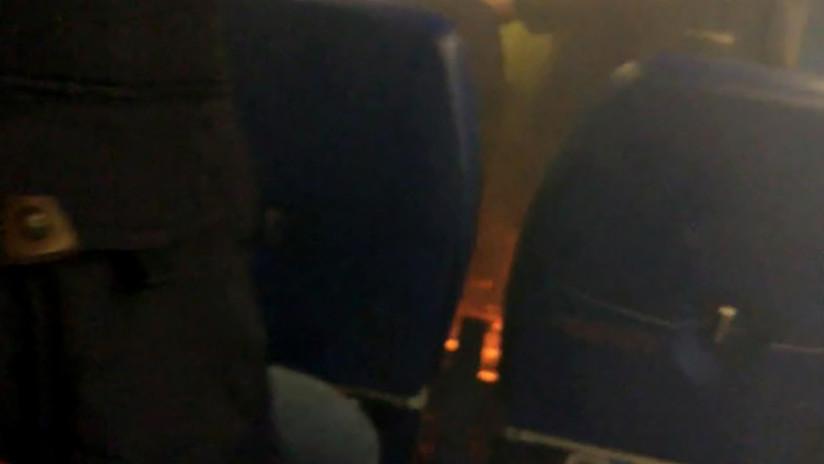 VIDEO: Un avión comercial casi se incendia por culpa de un 'smartphone'