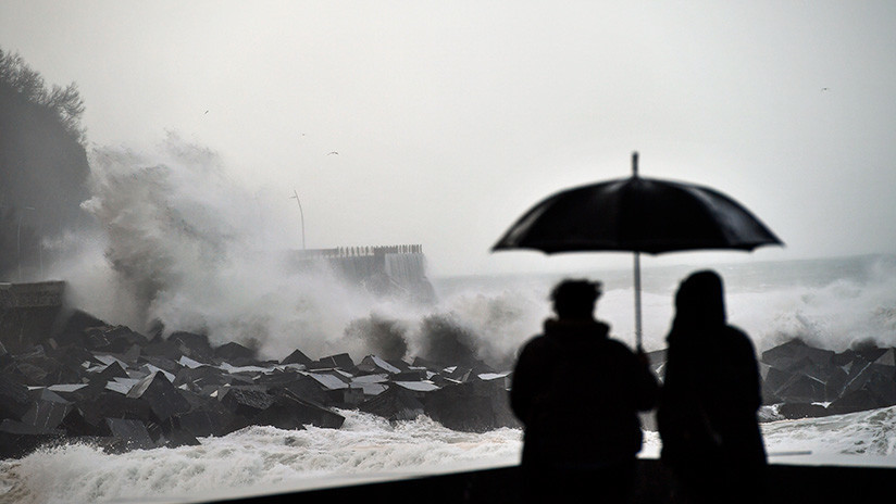 Alerta roja en varias provincias de España por la nieve y el oleaje