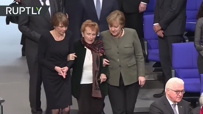 VIDEO: Merkel ayuda a una sobreviviente de Auschwitz a tomar asiento en el Parlamento alemán