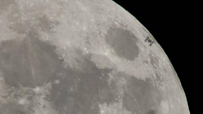 Captan el espectacular paso de la EEI delante de la 'superluna' (FOTOS)