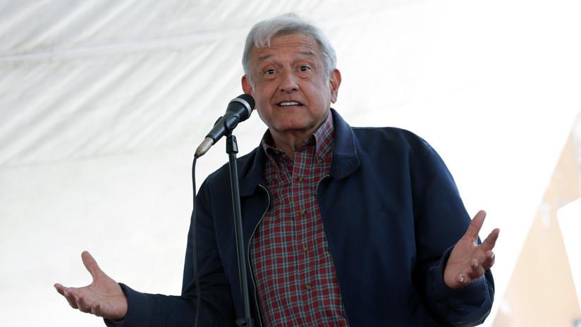 """FOTO: Candidato presidencial mexicano porta una chamarra con la leyenda """"Andrés Manuelovich"""""""