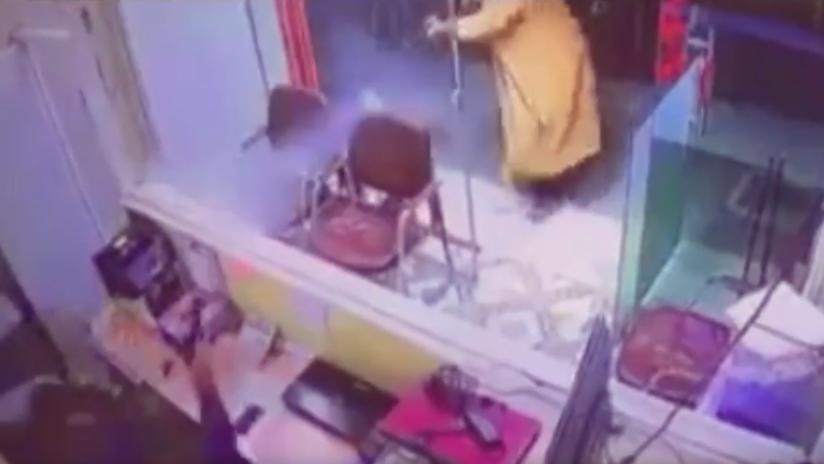 VIDEO: Su rápida reacción en medio de un tirotero lo salva de ser baleado