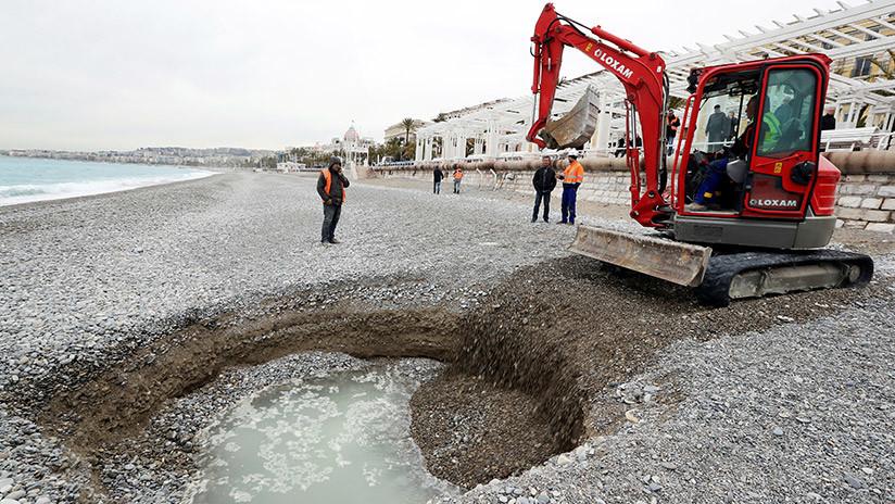 Un cráter esférico de cinco metros de diámetro se forma en una playa de Niza (FOTO)