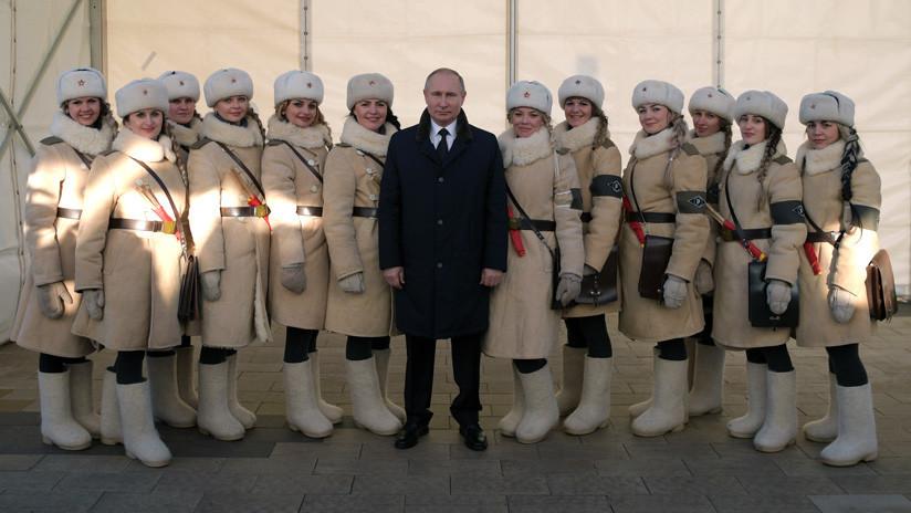 Vladímir Putin posa con jóvenes vestidas de suboficiales del Ejército Rojo (FOTOS)