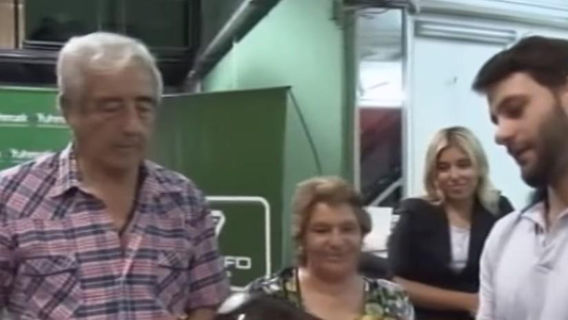 Premian a la abuela motociclista que se hizo viral en la Red por usar el casco al revés