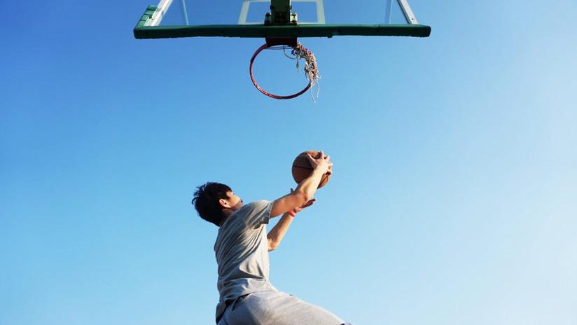 De cine: alumno entra en la historia al ganar un partido de baloncesto con un tiro épico (VIDEO)