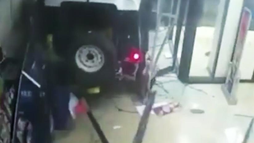 Irrumpen con un todoterreno en un supermercado, arrancan un cajero automático y huyen (VIDEO)