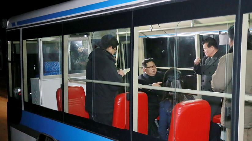 Kim Jong-un pasea con su esposa por Pionyang a bordo de un nuevo trolebús (FOTOS)