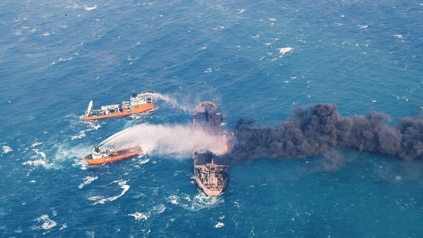 Japón, al borde de una catástrofe ambiental tras la explosión de un petrolero (FOTOS)