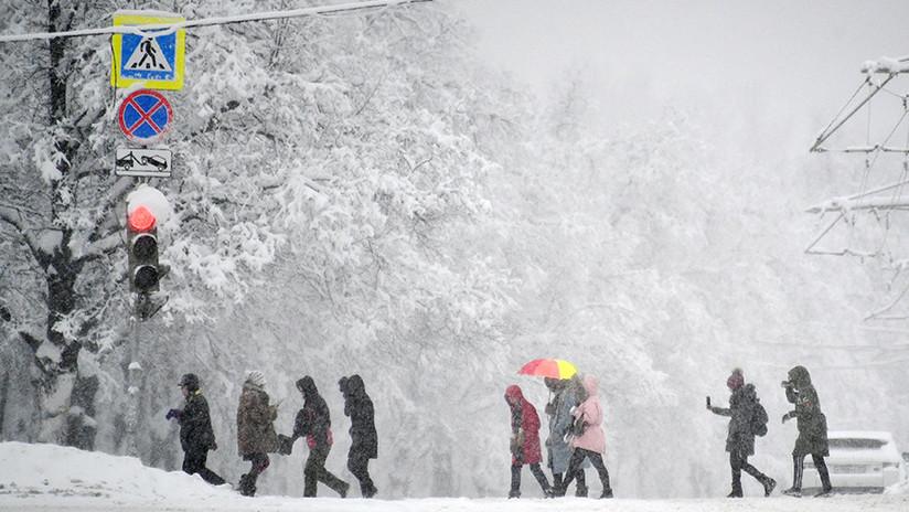 FOTOS: El Ejército ayuda a quitar la nieve en Moscú