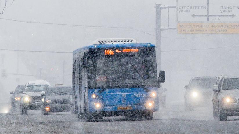 Video: Moscovitas deseosos de llegar a casa sacan su autobús de la nieve