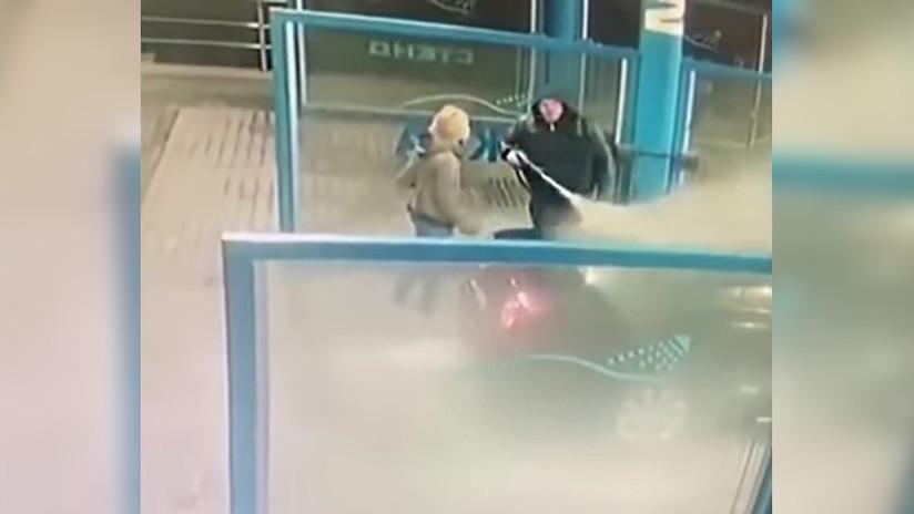 VIDEO: Un hombre moja a su pareja con agua helada para 'enfriar' una acalorada discusión