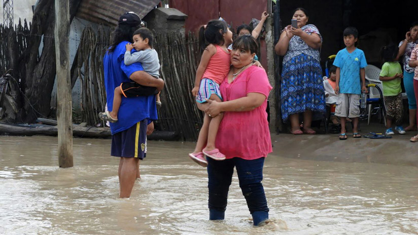 Miles de evacuados por inundaciones e incendios en Argentina