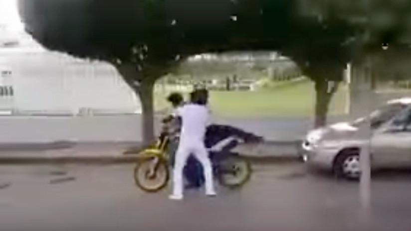 México: Estudiantes dan una paliza a un ladrón de motocicletas (VIDEO)