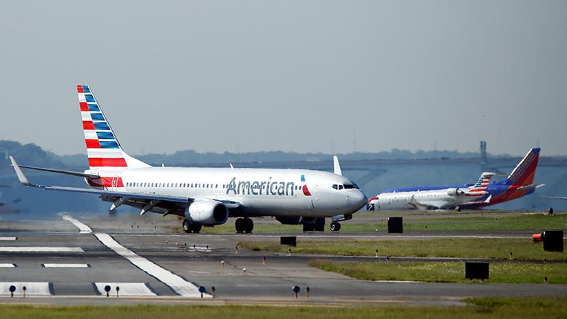Una azafata de American Airlines se toma 'selfis' con un iPhone robado a una pasajera