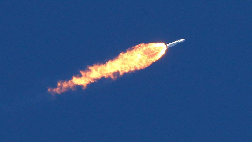 El propulsor central del Falcon Heavy se estrella durante el aterrizaje