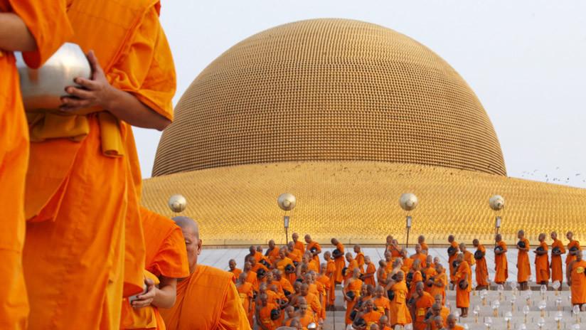 Monje budista es captado en video mientras roba ropa íntima femenina