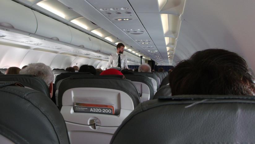 VIDEO: Estallan de risa en un avión mexicano por las explicaciones de un hombre a su mujer
