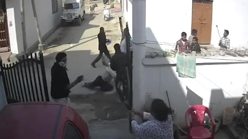 VIDEO: Le pegan una paliza brutal hasta que aparece su esposa y dispara un revólver